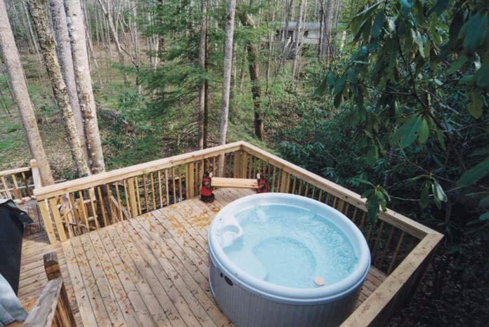 Hot tub in rear of cabin