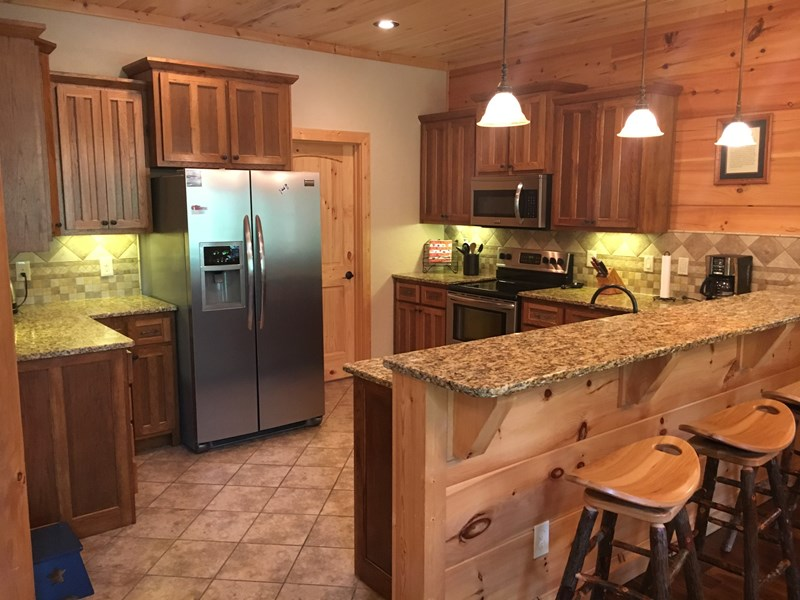Main level - Fully equipped gourmet kitchen with serving bar