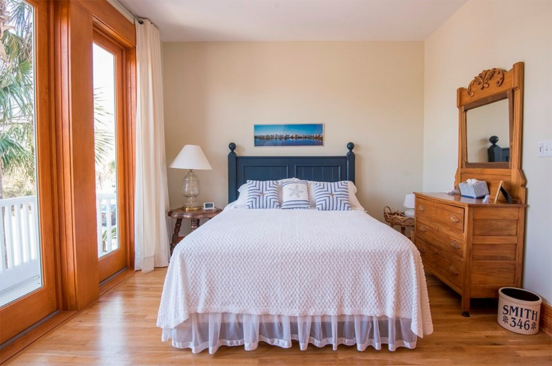 Guest bedroom w/queen bed & balcony overlooking Lake Carillon to the north. Beautiful views!