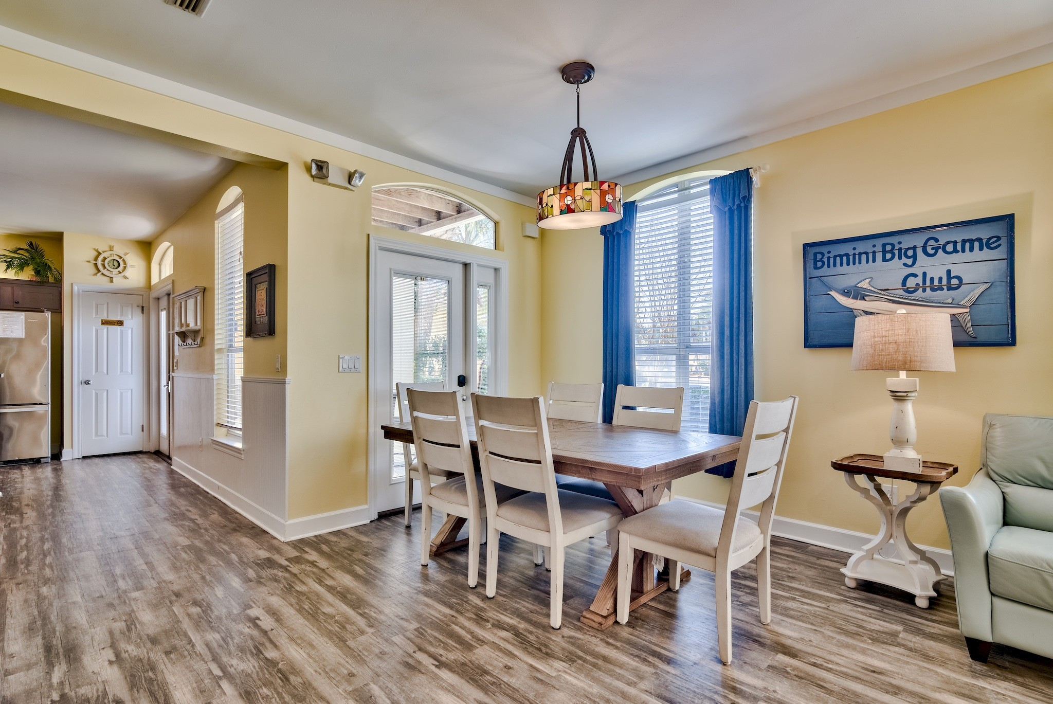 Eat-in Kitchen, granite counters, & stainless appliances